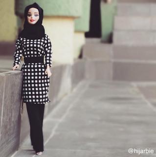 نيجيرية تعرض أزياء المحجبات على دمية الباربي Cuvu.story