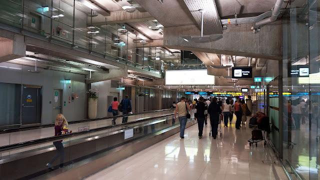 На фото - в зале аэропорта Суварнабхуми, Бангкок