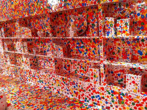 yayoi kusama obliteration room passe part tout. Black Bedroom Furniture Sets. Home Design Ideas