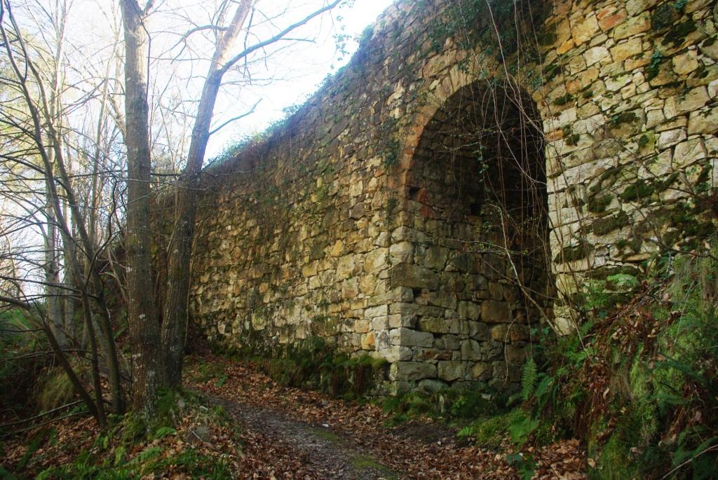 Vista del puente del Carcabón desde el sendero que conduce a la cascada