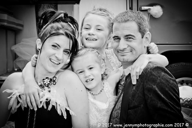 portraits mariés avec leurs enfants noir et blanc