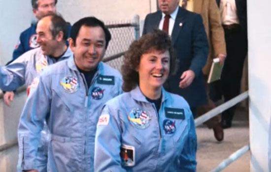 CHRISTA MCAULIFFE :  Saat Christa McAuliffe berjalan bersama crew lainnya menuju pesawat Challenger tanggal 26 Januari 1986.  Gambar dari Youtube