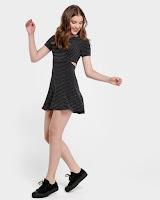 """o modelo completa um visual """"party"""" com estilo. Use com tênis ou sandália"""