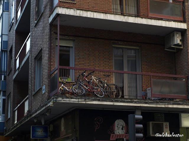 la mujer del tiempo bici balcones @elcharleston