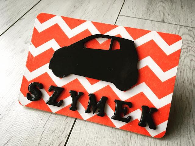 tabliczka z samochodzikiem i imieniem dziecka