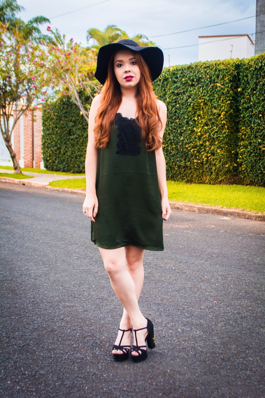 Look do Dia: Vestido Verde Slip Dress + Sandália de Salto Bordada Amiclubwear