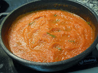 Sofrito de tomate con albahaca.