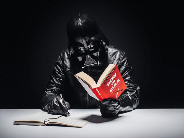 darth vader lendo um livro - Você já imaginou como seria o cotidiano de Darth Vader