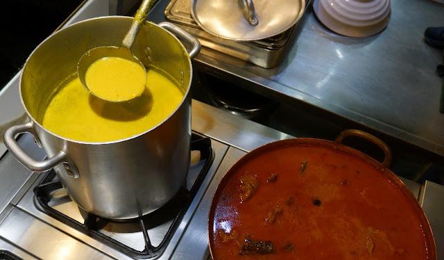 Plusieurs sauces à base de citronnelle, pour les nouilles (couleur jaune) et le curry (couleur rouge)