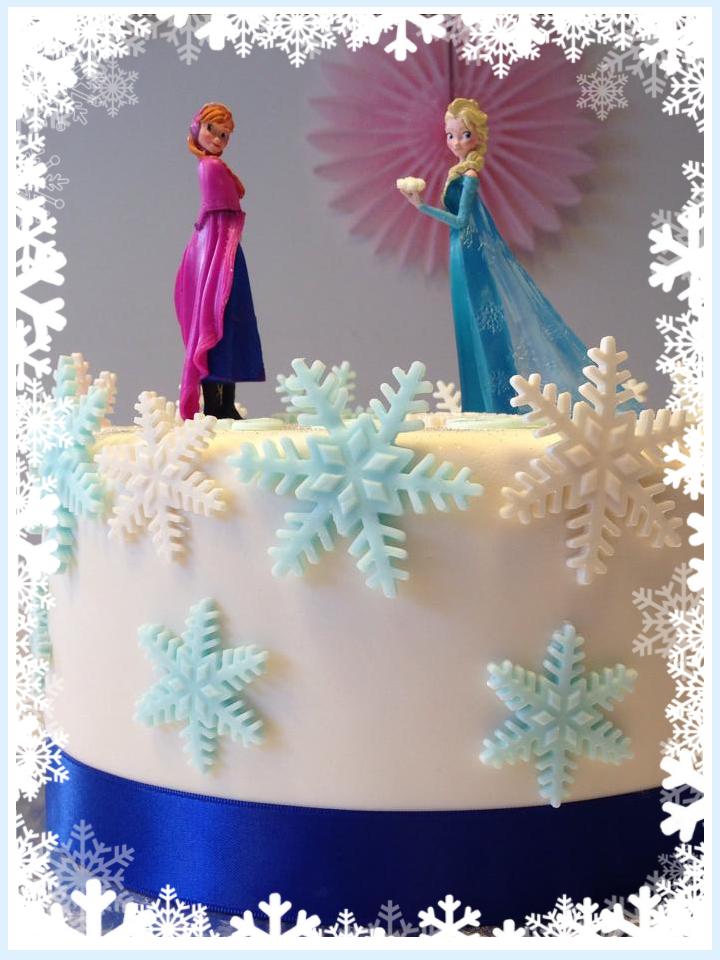 figurine du dessin anime la reine des neiges sur gateau d'anniversaire orne de flocons bleus et blancs