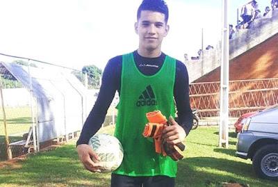 Goleiro de 16 anos morre após levar bolada no estômago durante partida