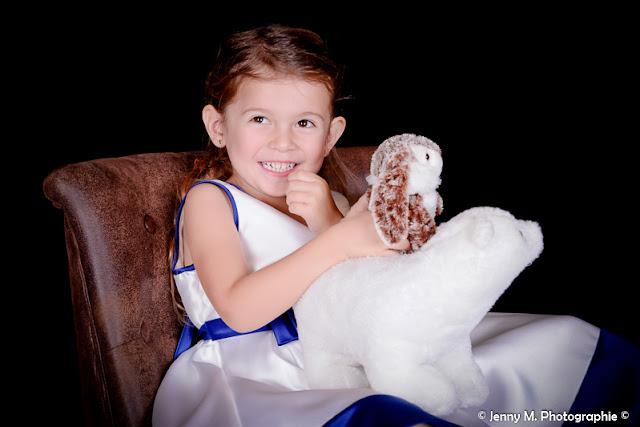 photo portrait enfant fauteuil vintage marron et doudou