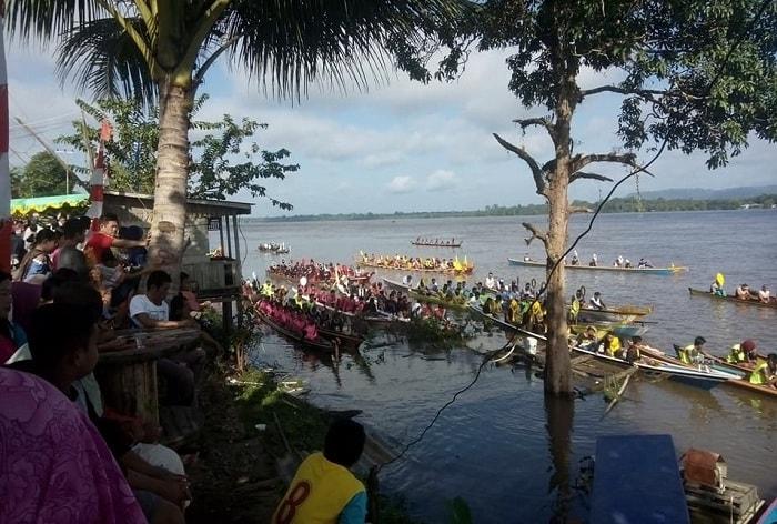 Para peserta berkumpul di tepi pantai kapuas Desa Sungai Ringin.