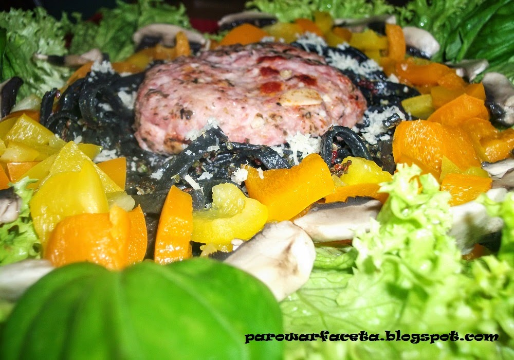 czarny makaron z parowaru