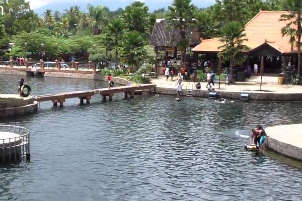 foto kolam buatan di wendit waterpark