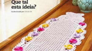 Camino de mesa con mariposas y flores