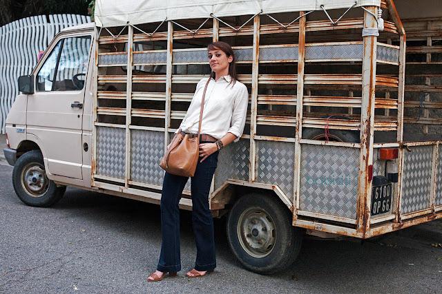 femme au look vintage appuyée contre un vieux camion citroën : photo de mode