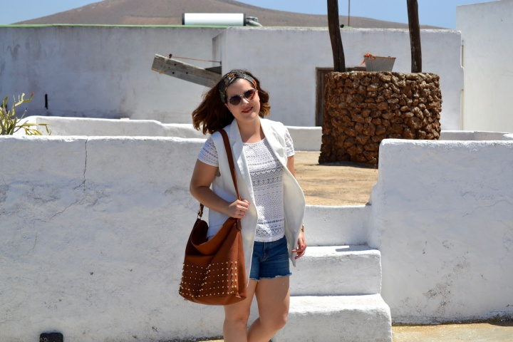 look_verano_chaleco_blanco_sandalias_doradas_lolalolailo_02
