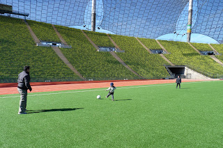 Izan, Joel y yo jugando a fútbol en el Olympiastadium.