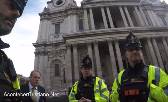 Policías frente a Catedral de San Pablo en Londres