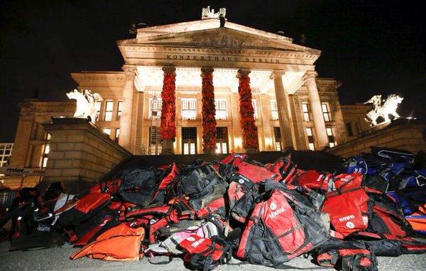 Ai WEIWEI recouvre les colonnes de l auditorium de Berlin avec 14 000  gilets de sauvetage de réfugiés, février 2016 photo by oliver lang    courtesy of ... 41f839ee36c8