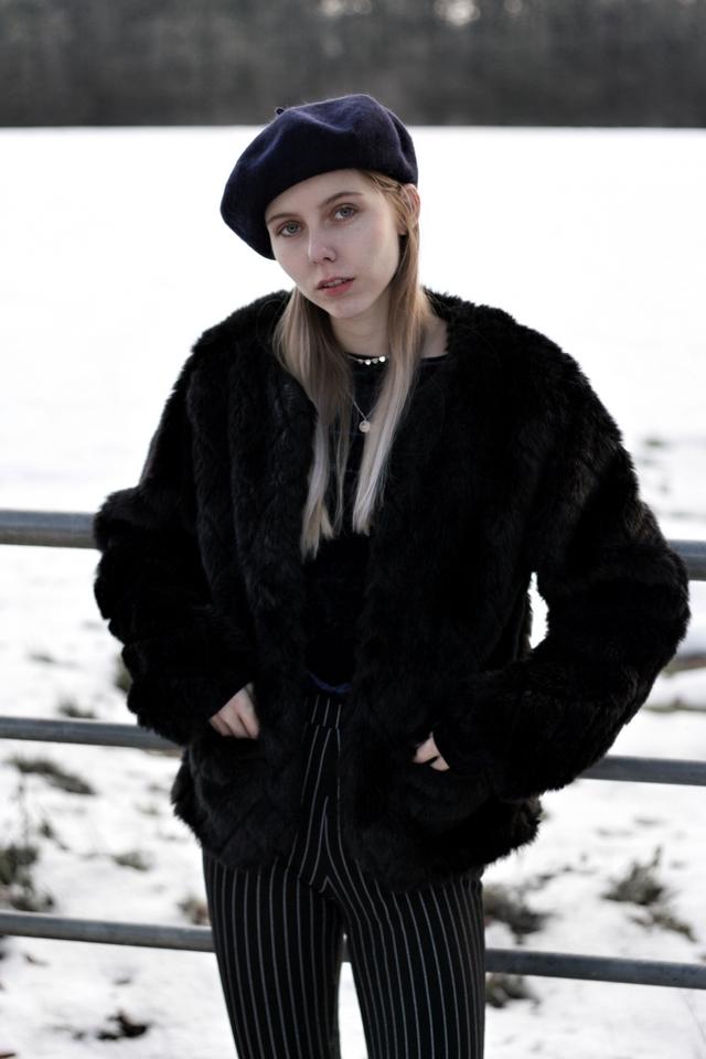 My Jewellery baret kettinkjes blogger winter outfit Make people stare imitatie bont jas flare broek