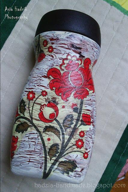 598. Słoik w czerwone ornamentowe kwiaty