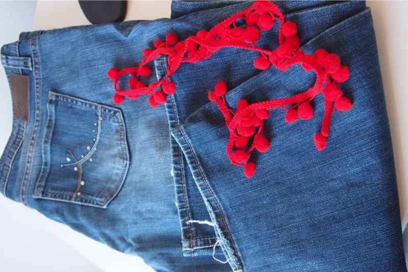 Cropped Flare Jeans mit Pompos im DIY - Lebensfreude pur.
