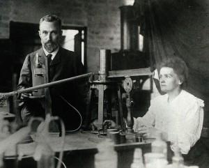 Pierre et Marie Curie dans leur laboratoire de l'École municipale de physique et de chimie industrielles, 1906