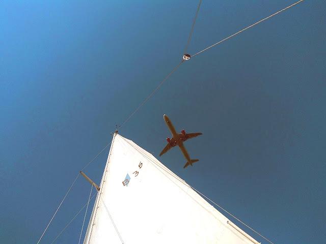 Samolot przelatujący nad jachtem