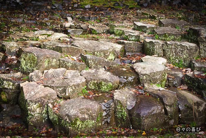 rochers plats hexagonaux en basalte