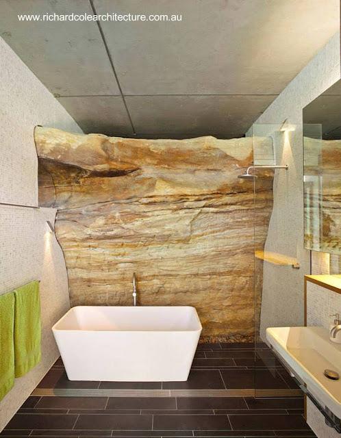 Detalle de un baño de la casa australiana con escarpe desnudo del terreno