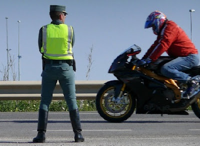 Guardia civil vigilando el tráfico
