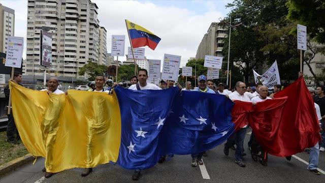 Chavistas y opositores venezolanos salen a las calles de Caracas
