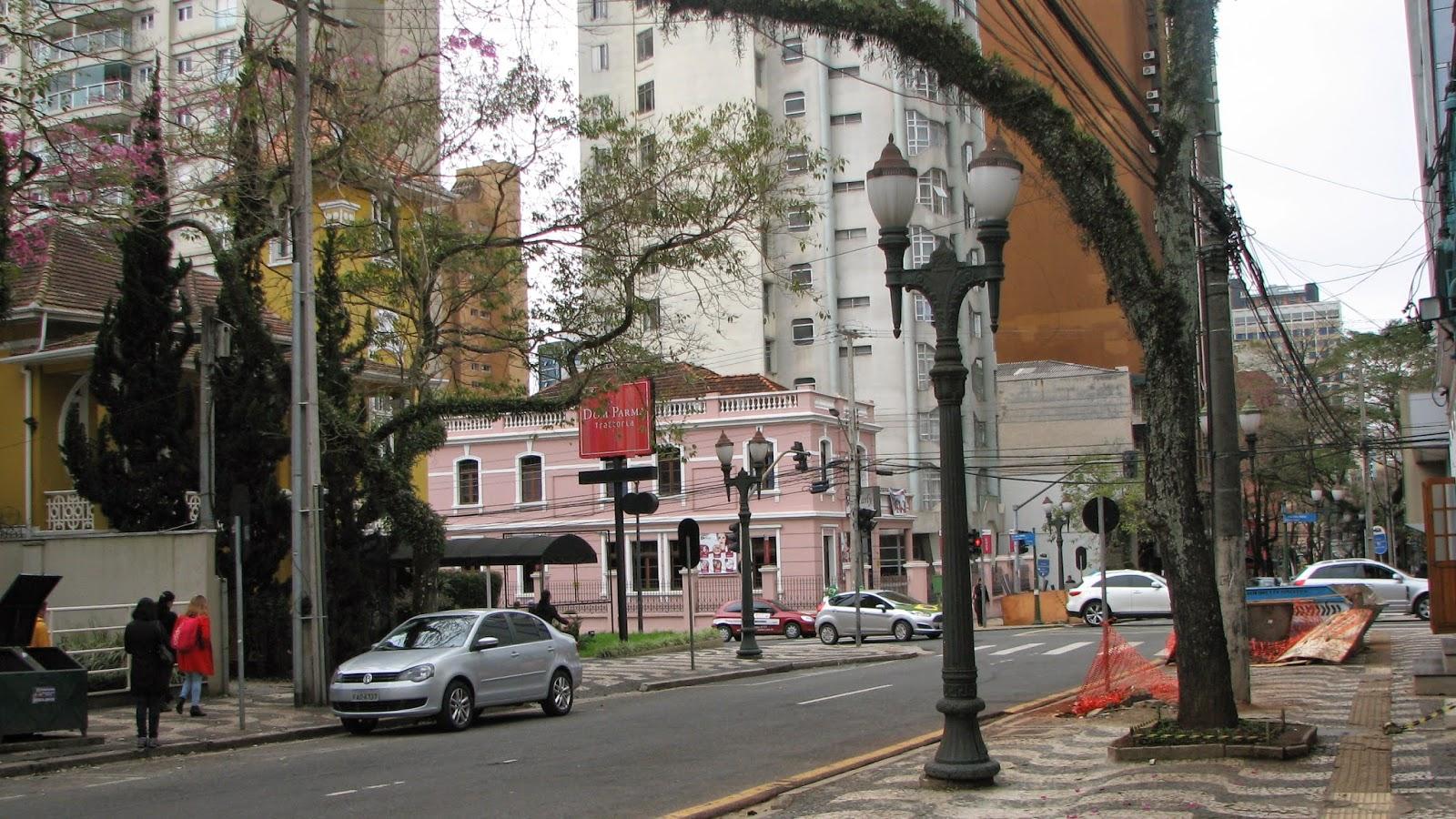 Gosto muito de caminharpela Rua Comendador Araújo  atualmente, as obras  interferem a livre circulação dos pedestres nas calçadas, infelizmente - Curitiba, ... 15e10029c1