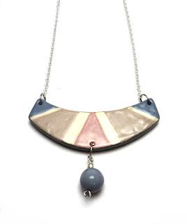 collier plastron pour femme avec pampille et dessins colorés