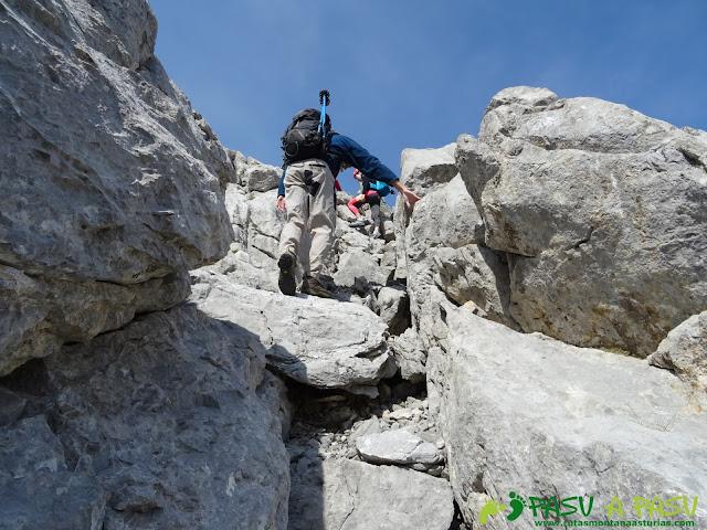 Ruta Requexón - Cotalba: canaleta en el Requexón