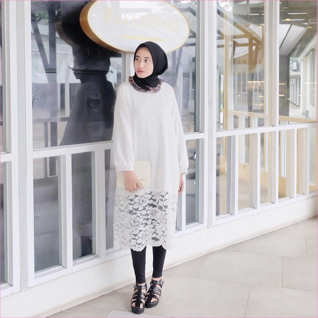 Outfit Baju Tunic Untuk Hijabers Ala Selebgram 2018 baju tunic brokat bunga putih legging jeans hitam sepatu cleopatra loafers and slip ons kerudung segiempat hijab square ruby slingbags clutch krem muda ootd trendy kekinian