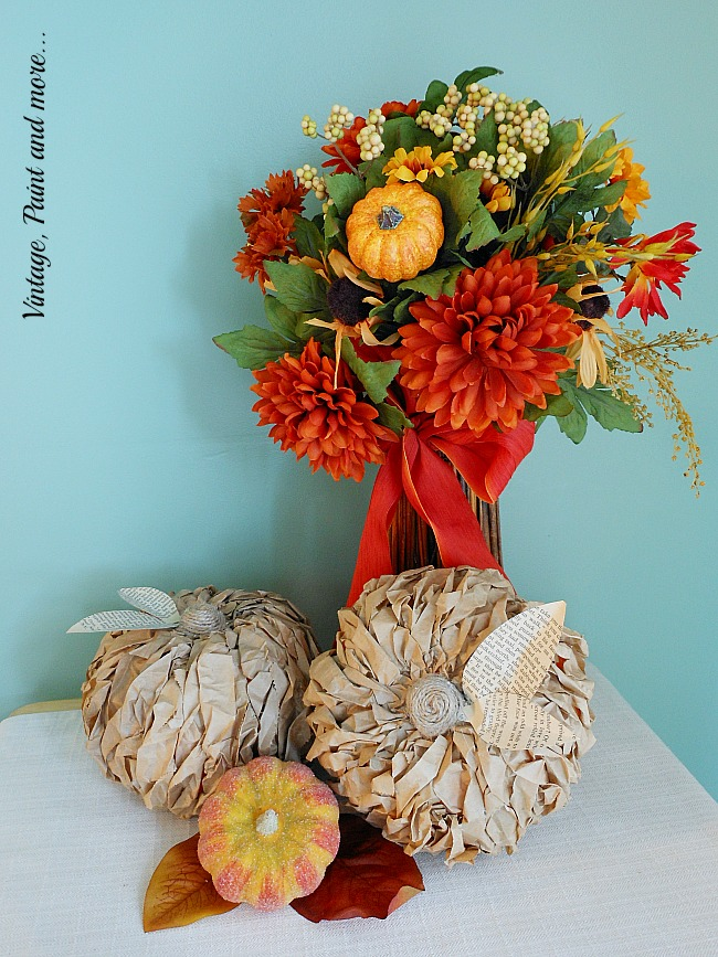 Vitnage, Paint and more... pumpkins made by gluing strips on a craft pumpkin