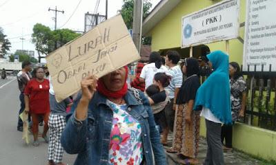 Warga Jati Negara Demo Lurah : Pak Wali Kembalikan Kepling Kami