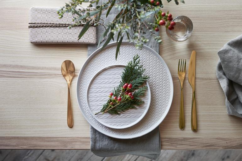 navidad-ikea-alrededor-mesa-vajilla-vinter-gres-trenzado-cubiertos-dorados