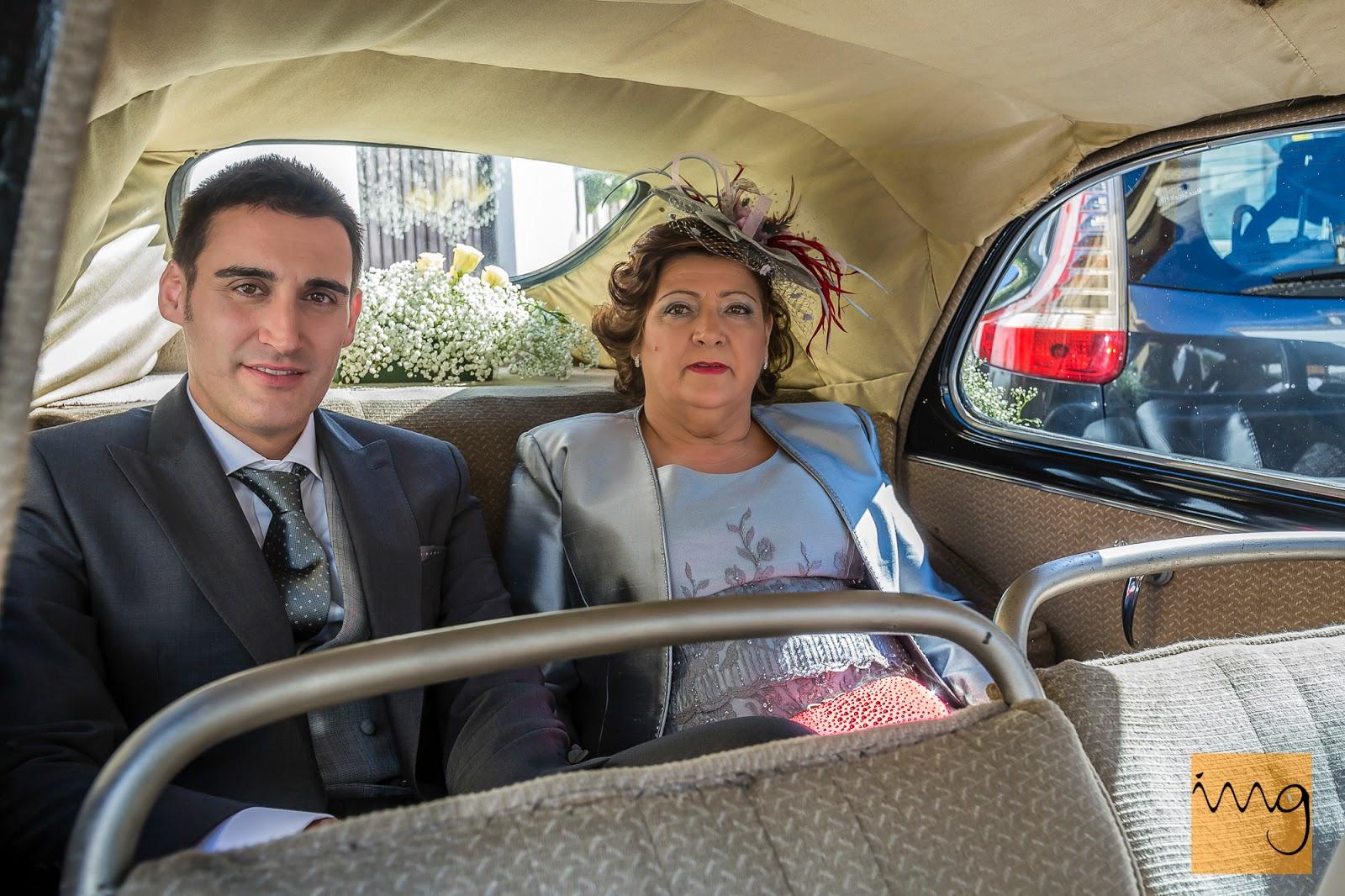 Fotografía del novio y su madre dentro del coche de la boda