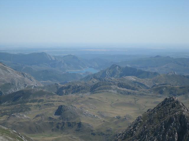 Rutas Montaña Asturias: Desde Peña Ubiña, vista del embalse de la autopista de peaje