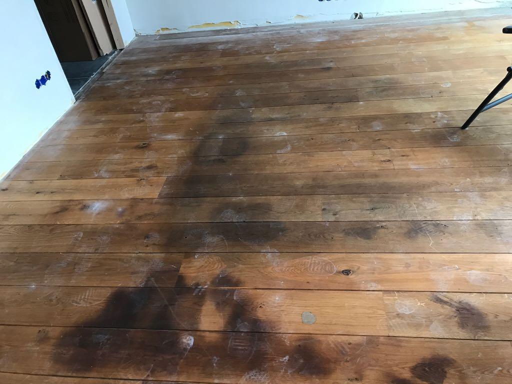 Donkere vlekken in een parketvloer onderhoud van parket