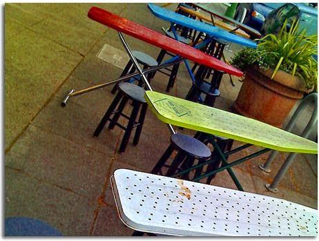 Amueblar la terraza de un bar con tablas de planchar