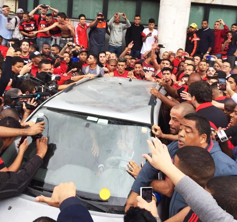 Diego chega ao Rio e torcida do Flamengo faz aeroporto