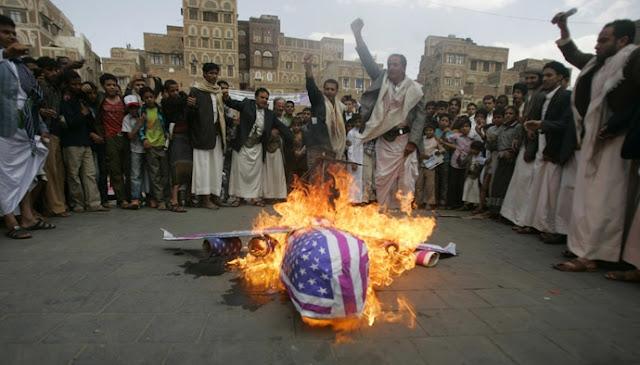 """O governo iraniano acusou neste domingo os EUA de estarem """"envolvidos"""" no ataque aéreo da coalizão liderada pela Arábia Saudita contra o funeral da mãe de um líder rebelde no Iêmen, onde morreram pelo menos 140 pessoas e mais de 500 estão feridas."""