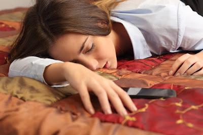 bahaya-mendengarkan-musik-samrtphone-sambil-tidur