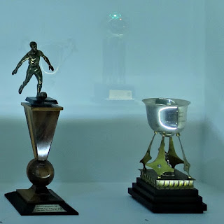 Troféus do Grêmio - Troféu Domingos Garcia (à esquerda) - Taça Presidente Médici (à direita)