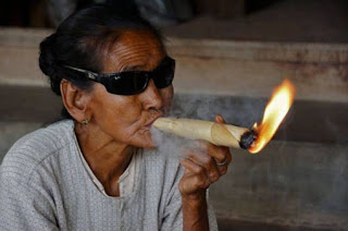 cara alami berhenti merokok dengan cepat, tip berhenti merokok, cara alami berhenti merokok, gambar lucu orang tua merokok